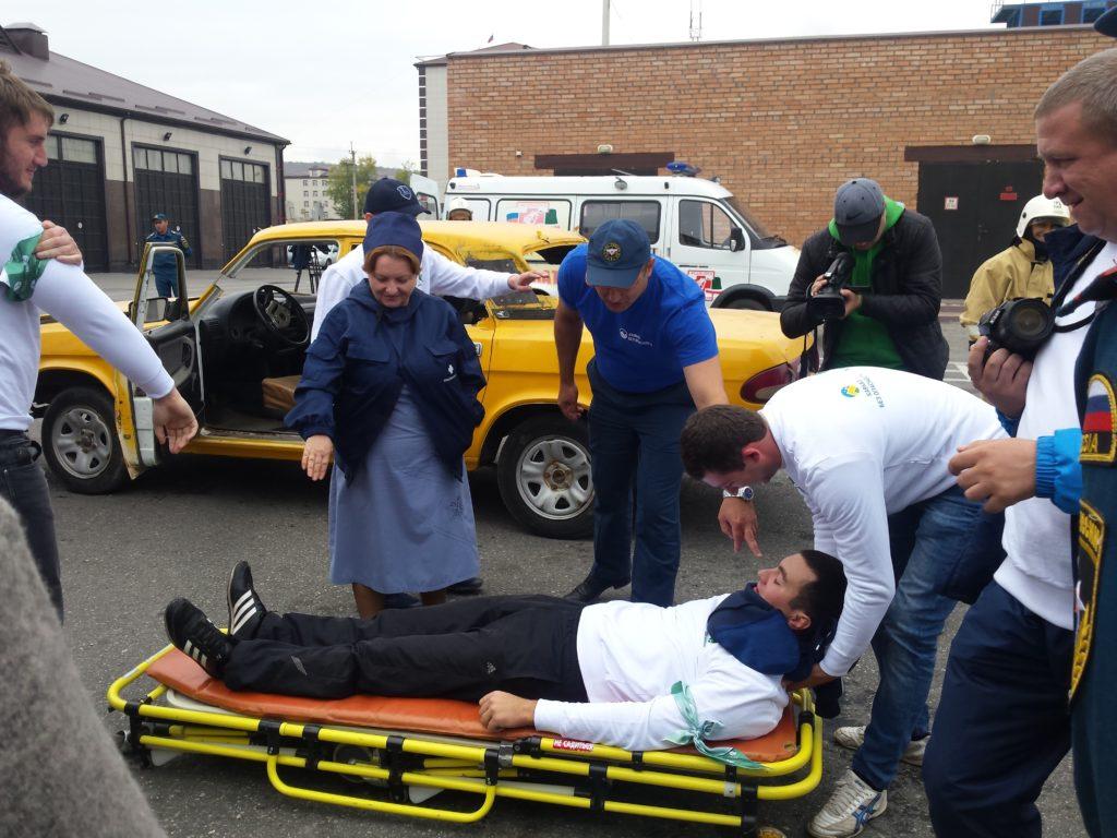 Раза Шахидовна проводит мастер-класс по оказанию первой медицинской помощи пострадавшим