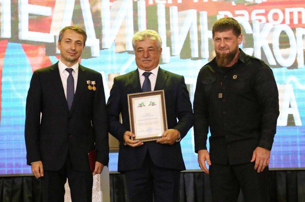 Рамзан Ахматович вручает Почетную Грамоту